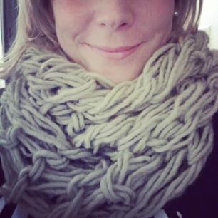 Tricoter une écharpe avec les mains en une heure, c est possible ... d18efe0d1c4